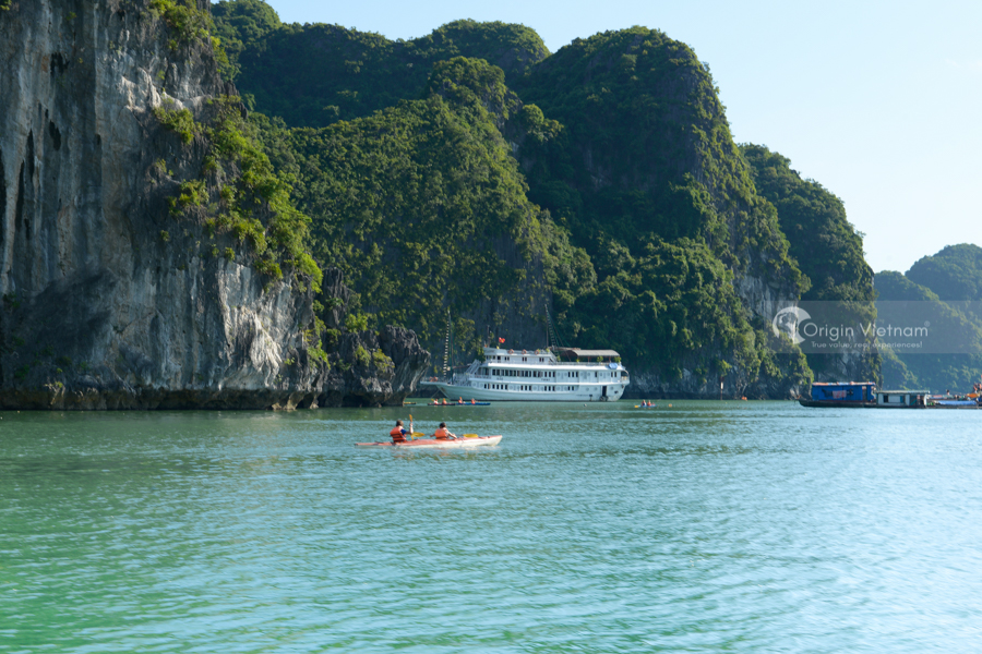 Discover the hidden Halong Bay by kayak