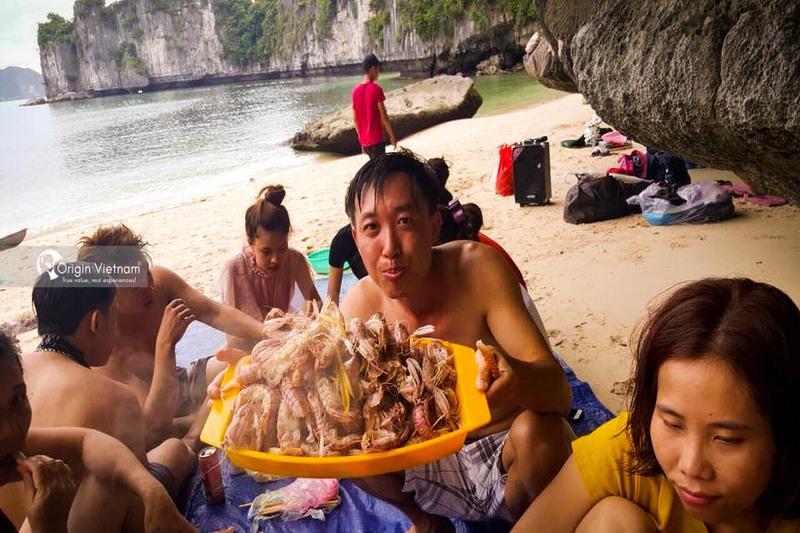 Enjoy fresh seafood in Lan Ha Bay