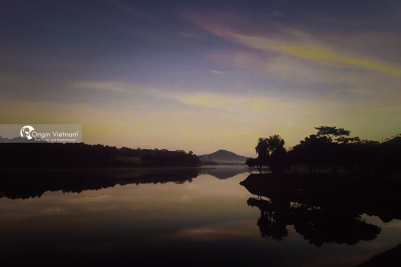 The beauty of Xuan Huong Lake in Da Lat at night