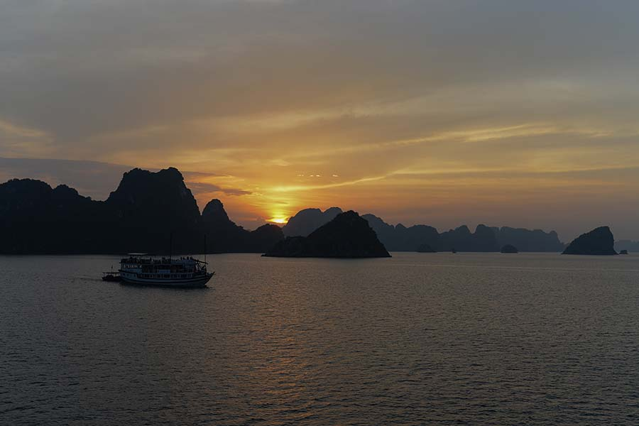 View halong bay sunset from luxury cruises halong bay
