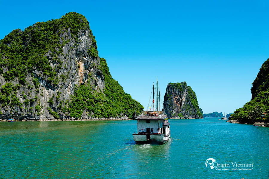 Boat trip in Halong Bay