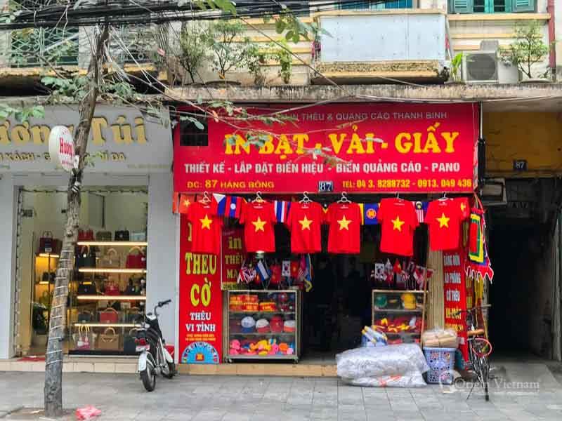 Bargaining in Hanoi, Shopping in the old quater hanoi vietnam