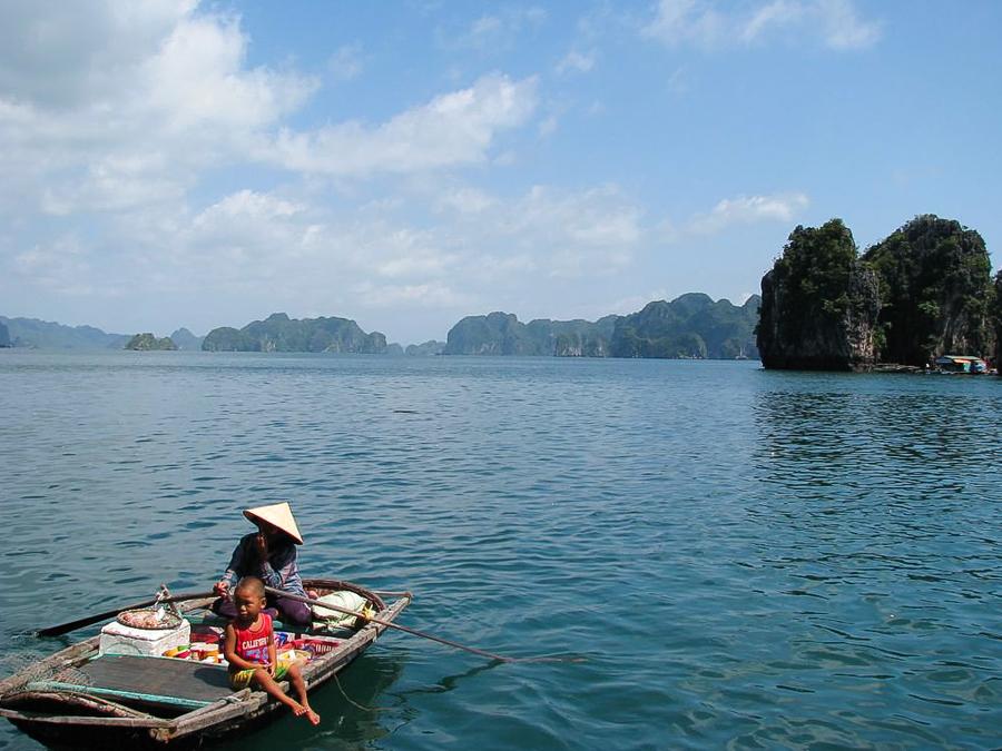 image of floating shop in Lan Ha Bay
