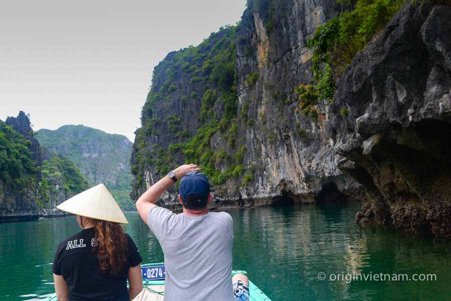 Boat trip to Cong Do island - Bai Tu Long Bay