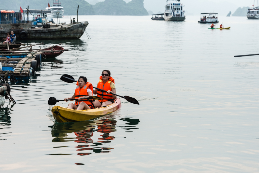 image of customer doing kayak to Cua Van village